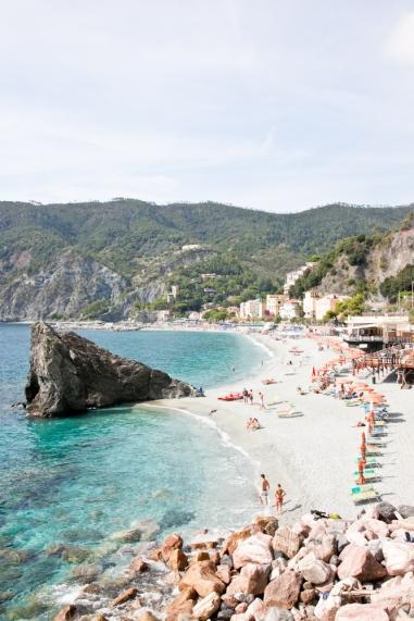img_6313-beach-monterosso-cinque-terre-italy-trisa-taro-the-free-passport